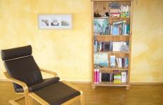 Wohnraum mit Bücherregal